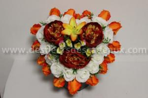 Composition florale en forme de coeur roses orange